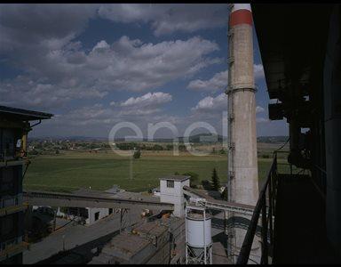 Caldaia, torre di distribuzione e camino