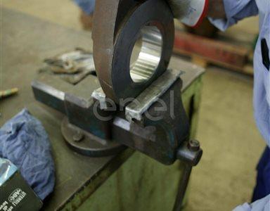 Lavorazione al tornio di un pezzo meccanico e seccessive fasi di misurazione, finitura e montaggio