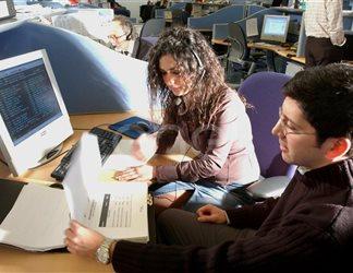 postazione con una operatrice e un operatore che collaborano