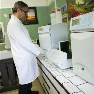 Tecnico all'interno del laboratorio chimico di Larderello