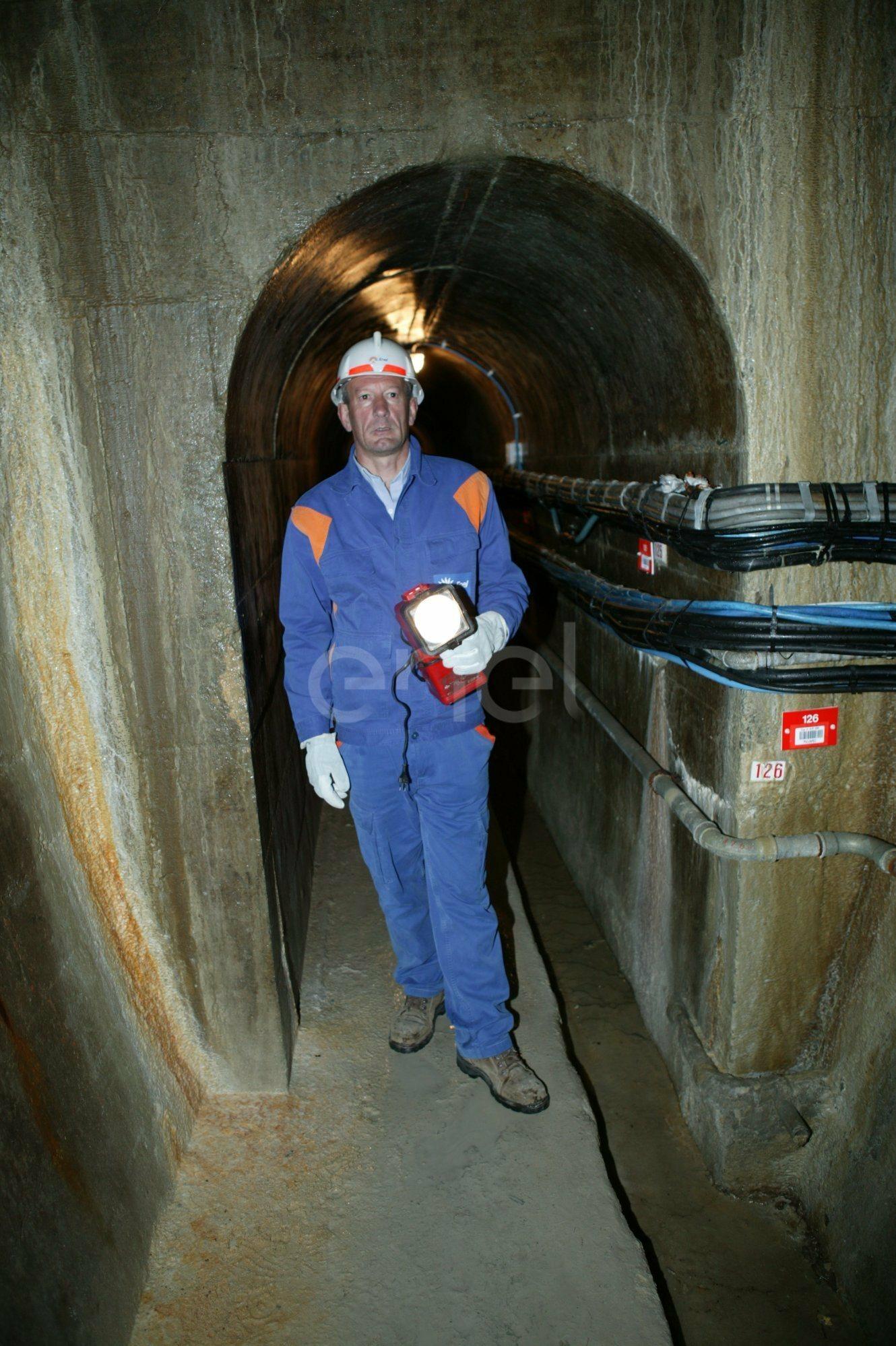 Operaio all'interno di un cunicolo della Diga di Alpe Gera