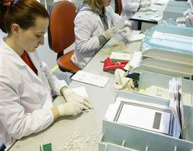 Impiegati al lavoro nel reparto 'Preparazione digitalizzazione' di documenti