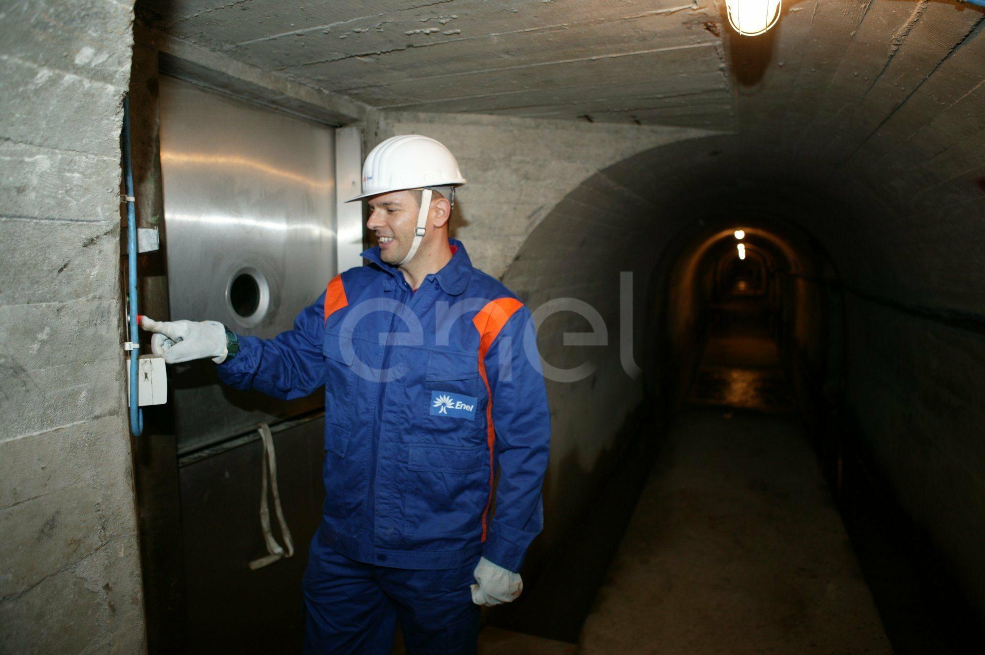 Operaio all'interno del cunicolo della diga di Alpe Gera
