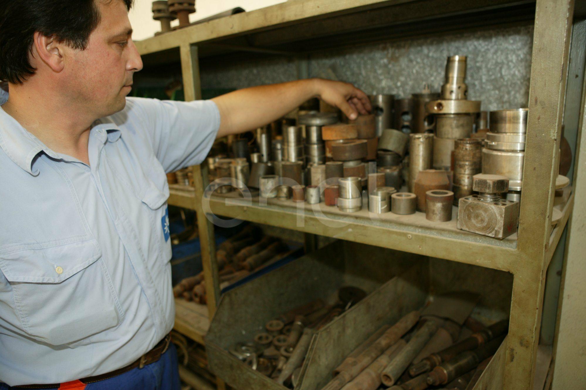 Pezzi meccanici lavorati al tornio all'interno dell'officina della centrale di Sulcis