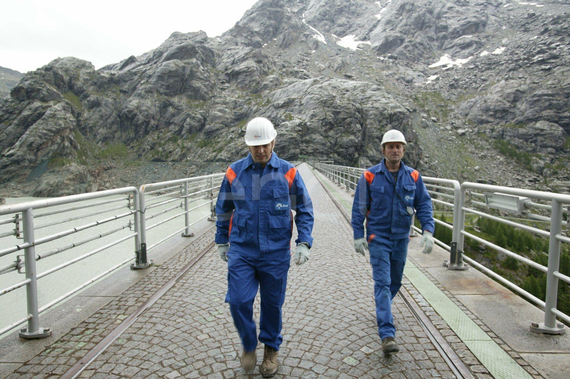 Operai sul coronamento della diga di Alpe Gera