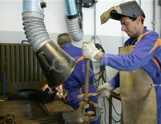 Processo lavorativo di saldatura all'interno dell'officina della centrale di Sulcis