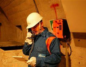 Operaio al telefono all'interno del cunicolo della diga di Alpe Gera