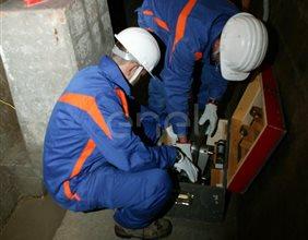 Lavori di controllo degli operai all'interno di un cunicolo della Diga di Alpe Gera