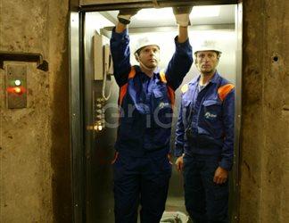 Operai in ascensore all'interno del cunicolo della diga di Alpe Gera