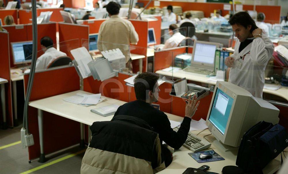 Impiegati alle postazioni nel reparto 'Data Entry'