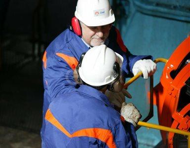 Operai controllano il funzionamento dell'eccitatrice di una turbina