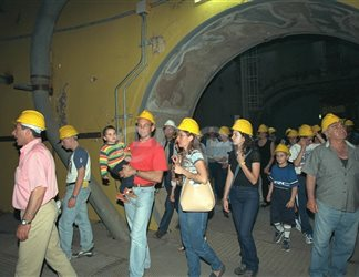 Gruppo di visitatori all'interno della centrale