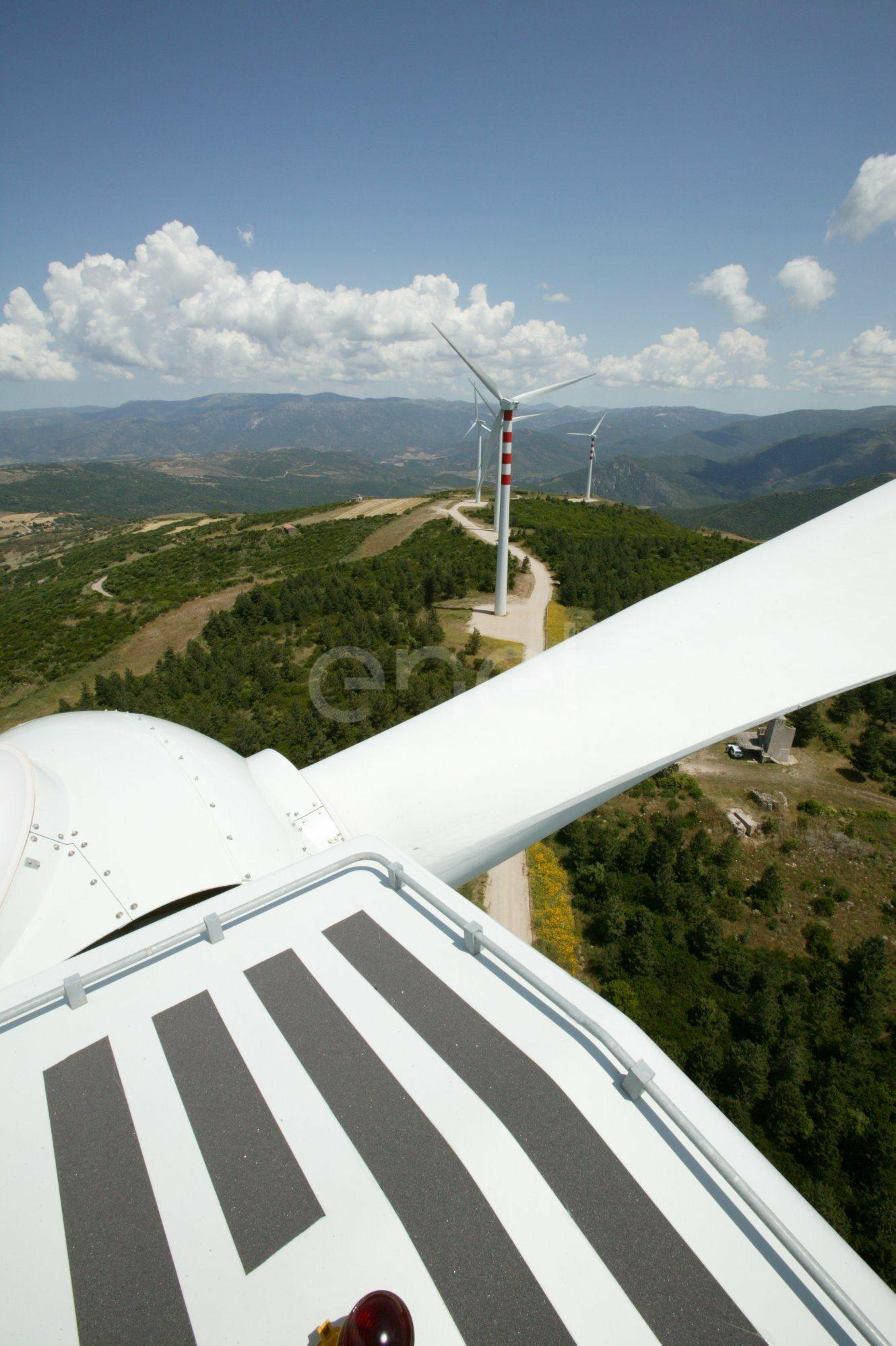 Il mozzo e le pale del rotore e veduta dall'alto di altri aerogeneratori