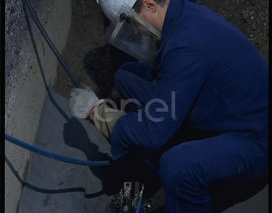 Operaio al lavoro sui cavi interrati