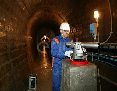 Operaio all'interno di un cunicolo della diga di Alpe Gera lavora su una strumentazione di controllo