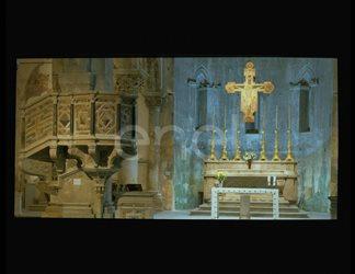 Pulpito, altare e Crocifisso