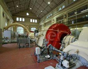 Interno sala macchine della centrale di Cogolo con decorazioni murarie