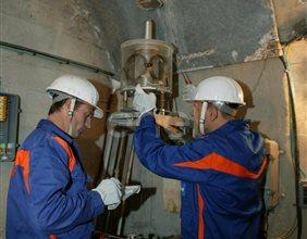 Operazioni di controllo: operai al lavoro su una strumentazione all'interno di un cunicolo della diga di Alpe Gera