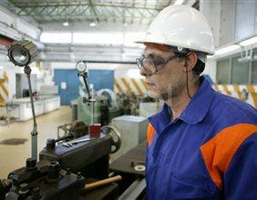 Operaio lavora al tornio all'interno dell'officina della centrale di Sulcis
