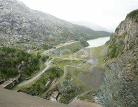 Veduta verso valle dal coronamento della diga di Alpe Gera